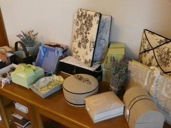 フランスの伝統工芸「カルトナージュ(Cartonnage)」は、美しい布や紙で箱などの雑貨をデコレーションすること。 最近では、100円ショップなどでもさまざまなデザインやカタチの箱が手に入りますが、味気ない無地の箱が一般的だった時代…布などを貼り付けて楽しんでいたんですね。