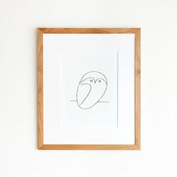 皆が知っている有名な「パブロ・ピカソ」が描いたこちらの絵。丸っとした愛らしいフクロウに癒されますね。ピカソの画風は幅が広く、こんなにかわいらしい絵も描いていたんです。絵の雰囲気に合わせた木のフレームが、柔らかで和やかな空気をお部屋に漂わせてくれますよ。