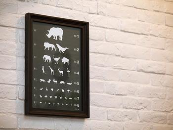 お馴染みの視力検査に使うアイチャートの模様を動物に見立てた、面白かわいいアートパネル。飾っても良し、実際に視力を測っても良し、お子様と動物を当てっこするのも良しの楽しみ方たくさんのデザインです。