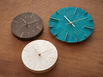シンプルなデザインの中に、日本が誇る伝統技術が凝らされた古い時計塔の文字盤をモチーフにした壁掛け時計。 味のある質感は、富山県高岡市の伝統技術「真鍮鋳物」によるもの。そして表面の着色も、「高岡銅器」の糠(ぬか)焼き朱銅色の手法を応用しているそう。その造りの美しさは、お部屋に高級感を漂わせます。