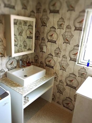 輸入壁紙はおしゃれなデザインのものが豊富で人気があります。他にはないような洗面所にしたい時は、輸入壁紙のインパクトあるデザインを取り入れるのも◎