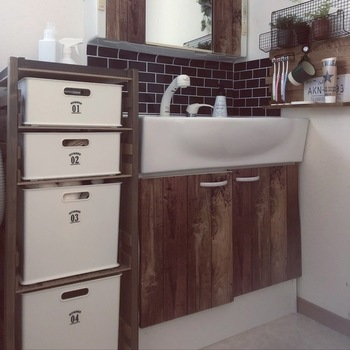 鏡の下の一部分だけアレンジしている実例です。真っ白な洗面所の壁に、タイル模様のアクセントが付くだけで、空間が引き締まり上質な雰囲気になりますね。