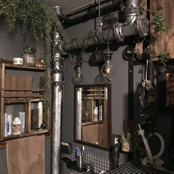 インダストリアルなインテリアに良く合うのが、ダークグレーの壁紙。ヴィンテージライクな木製家具やグリーンとも好相性です。クールでどこか味のある空間になりますね。