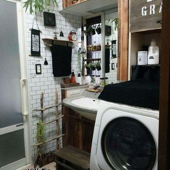 壁紙を張り替えたら、ウォールラックを取り付けたり植物を飾ったりしてコーディネートしましょう。壁紙と洗面所のものに一体感が生まれて、調和がとりやすくなります。