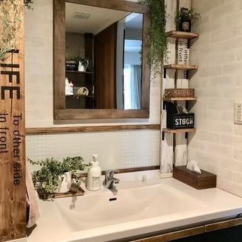 大きな面積の壁紙を張り替えなくても、洗面所をおしゃれにする方法は他にもたくさんあります。壁紙の一部を変えてみたり、リメイクシートやステッカーを使ったりと、プチリフォームで洗面所の雰囲気を変えても素敵ですよ。