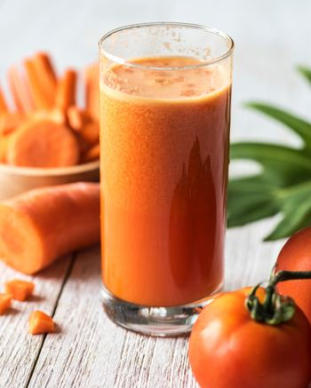 """スロージューサーで作ったジュースは""""コールドプレスジュース""""とも言われるように、熱を一切加えません。ミキサーやブレンダーのような高速回転による摩擦熱が発生しないので、食材に含まれる酵素を壊さずに生きたまま残せるのです!"""
