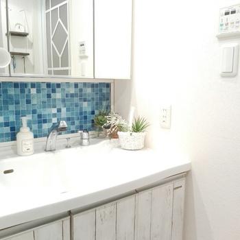 タイル模様の壁紙は爽やかな印象を与えるため、心地よい空間を作り出します。こちらのようなブルーのモザイクタイルなら周りの白と調和してスッキリとした印象に。