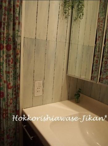 アンティークなインテリアテイストなら、かすれた感じの板風壁紙がいいですね。淡いブルーに花柄のファブリックを合わせれば、パリ風のかわいらしい洗面所に。