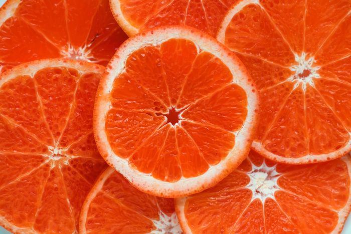 <材料> オレンジ・・・2個 グレープフルーツ・・・1個 ミント・・・7〜8枚  美肌に良いと言われているビタミンCが豊富に含まれているジュースです。ミントの風味でリラックス効果も期待できそう。こういった防カビ剤が使用された柑橘類のジュースをつくる際は、必ず皮をむいてくださいね!