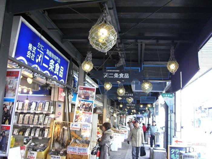 対して「二条市場」は札幌の中心部に位置しており、アクセスのしやすさが◎な市場です。  地下鉄大通駅徒歩5分ほどで到着できる立地で、大通公園やさっぽろテレビ塔の観光がてら、気軽に寄ることもできます。  「二条市場」も年中無休。朝の6時から営業しているお店もあるので、こちらも朝ごはんに寄っても、大満足できるはずです。