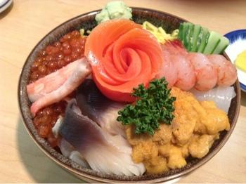 ぜひ味わっていただきたいのが、他の海鮮丼ではあまり見られない「ホッキ貝」がのった「海鮮丼 中」。イクラはプチっと弾け、ウニはトロッと。味はもちろん、食感も楽しい海鮮丼です。