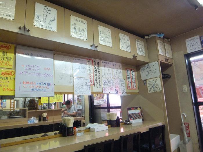食堂らしい、どこか懐かしい雰囲気の店内。カウンター席があるので、お一人様でも入店しやすいですね。 こちらのお店も有名人のサインがたくさん貼られていて、食ツウのお墨付き!