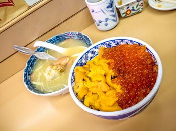 「食事処 ながもり」の人気メニューは、「ウニ・イクラ丼」。ごはんの上いっぱいに敷き詰められた贅沢な海鮮丼で、一度にいただけるウニとイクラが、絶妙な味わい。
