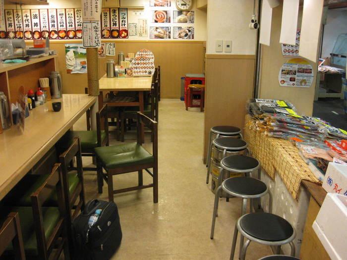 席はカウンター、テーブル席どちらもあるので、お一人様も団体の方も、安心して入店することができますよ。  海産物も販売しているので、食事とお土産探しを一緒に済ませられるのも嬉しいですね。