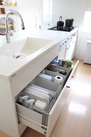 キッチン収納は、食品をはじめ、調理器具や洗剤類など、たくさんの物であふれています。  今やキッチンの必需品となったジップロックも、収納するには種類も多く、大きくてかさばってしまいます。