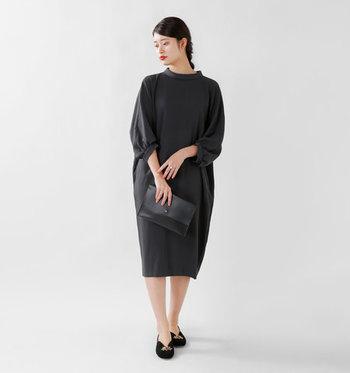 シンプルなコクーンシルエットの黒ワンピースは、フォーマルな場面でも活躍してくれるアイテムです。ボトルネックが今っぽい雰囲気を演出してくれるので、一枚で着るだけでサマになるスタイリングに。