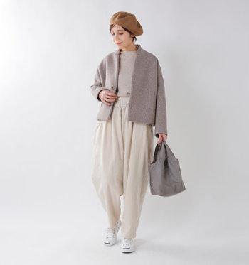 コクーンシルエットのジャケットは、長すぎない丈を選ぶとワイドパンツと合わせてもバランスよく着こなせます。ベージュ系の同系色コーデで、ワイドなシルエットをスッキリとコーディネート。