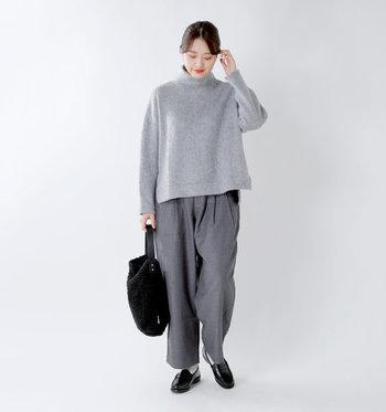 裾に向かって丸く落ちていくコクーンシルエットは、パンツにするとメンズライクな印象に。トーン違いのグレーを合わせて、クールだけど柔らかな印象も兼ね備えたコーディネートに仕上げています。