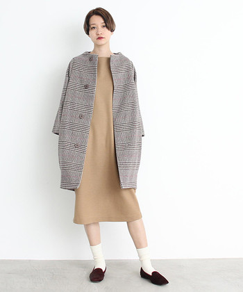 コクーンシルエットのグレンチェック柄コートは、どんなアイテムに合わせてもスタイリッシュに着こなせる一枚。ワンピースに合わせてスッキリと、ワイドパンツに合わせて今っぽく。コクーンシルエットのアウターを一枚プラスするだけで、シンプルコーデもトレンド感たっぷりに仕上がりますね♪