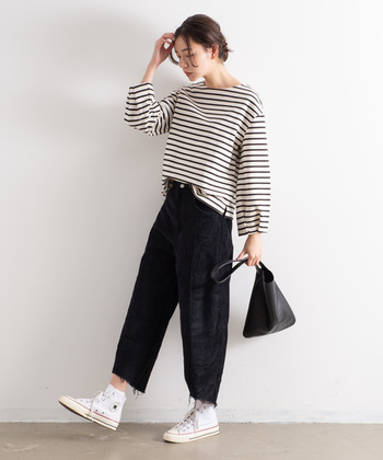 季節感たっぷりな、コーデュロイ素材のコクーン風パンツです。裾が切りっぱなしになっているので、着るだけでこなれ感抜群なコーディネートに。黒×ボーダートップスのカジュアルコーデも、コクーンシルエットを選ぶだけでちょっぴりランクアップしますね。