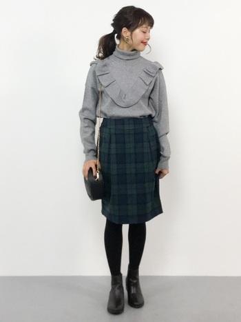 チェック柄の膝丈コクーンスカートは、黒のタイツとシューズを合わせて大人っぽく。グレーのフリルトップスをゆるくタックインして、可愛くなり過ぎないガーリーなコーディネートにスタイリングしています。