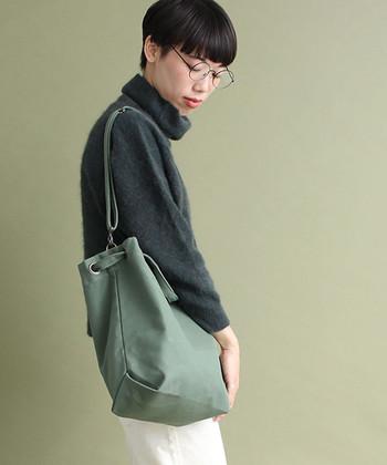 長い肩ひもを使ってショルダーバッグにしたり、短い持ち手部分を活用してトートバッグにしたり、用途に合わせて持ち手を自由に変化させることができちゃいます。 さらに取っ手の出し方でバッグのシルエットを変えることもできるので、ファッションに合わせた使い分けも可能です♪