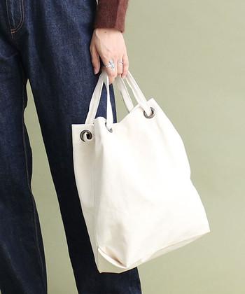 ほど良いサイズ感のリングトートバッグは、シンプルなデザインでデイリーに使いたくなるシンプルアイテムです。