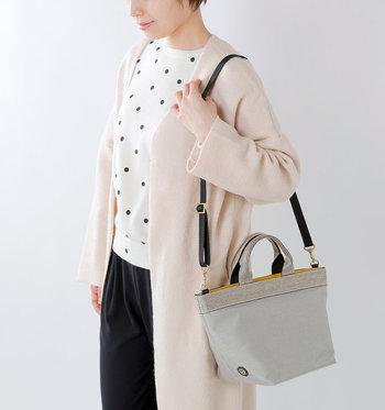 手持ちのミニトートバッグとしてだけでなく、ストラップを装着してショルダーにもできる2way仕様。お買い物などで両手を使いたい日には、ショルダーとして活用するのがおすすめです。
