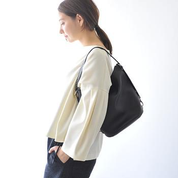 トレンド感たっぷりなバケツ型バッグは、どんなシーンでも使える黒がおすすめ♪ショルダーストラップにはスタッズが並び、シンプルな中に辛口なエッセンスをプラスしてくれます。