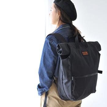 旅行やアウトドアに大活躍してくれる、ビッグサイズのリュックです。防水仕様で高い耐久性を誇るバッグは、ユニセックスに使えるのが特徴。