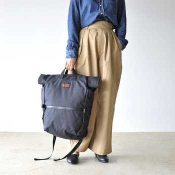 バッグの上部に付いたハンドルで、手持ち仕様にしてもOK。とにかく収納力が抜群なので、荷物が多いけどコンパクトに持ち歩きたいという人にもぴったりなバッグですね。