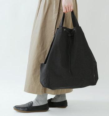 ナップサックとしてだけでなく、シンプルな大きめトートとしての活用もOK◎ 数種類の収納ポケットが付いているので、荷物がごちゃつきにくいのも魅力ですね。