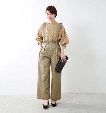 袖の部分に小さいリボンが施されたブラウスなら、大人の女性でも上品に着こなせます。同色のサスペンダーパンツを合わせて、ちょっとしたお呼ばれにも使えるキレイめコーデに。
