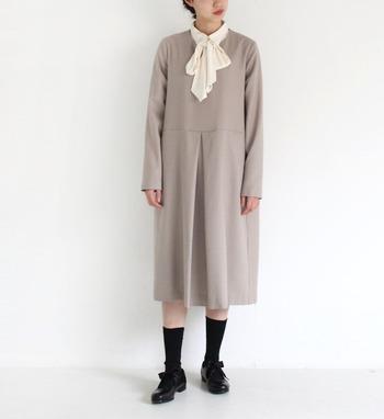 襟元に大きめのリボンが施されたボウタイブラウスなら、子どもっぽくならないリボンコーデが楽しめますね。ワンピースのインナーとして活用すれば、きちんと感のある着こなしに。