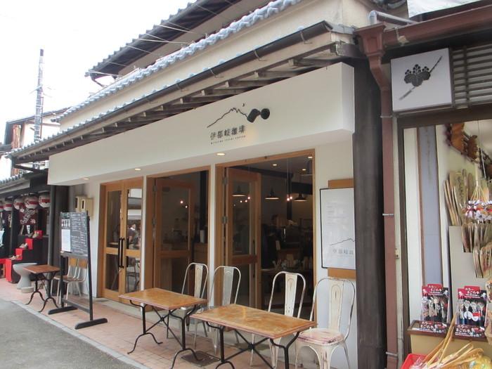 「厳島神社」出口からフェリー乗り場へ向かう途中にある「伊都岐珈琲(イツキコーヒー)」。 白壁にウッディ調のテーブルと、とってもお洒落な雰囲気。こじんまりとした店内は、天井が高くて、ほっこり落ち着ける空間です。