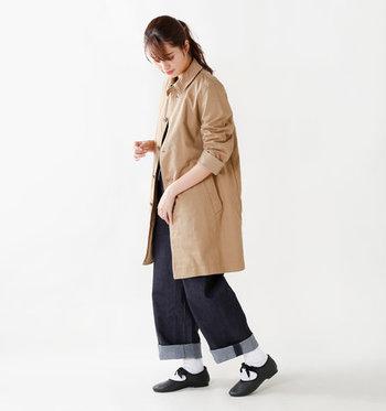 マニッシュな印象の黒シューズに、サテンのリボンをあしらった一足。白の靴下に黒のシューズを合わせることで、リボンデザインが引き立ちますね。ワイドデニムを使ったカジュアルコーデに、程よい甘さをプラスしてくれます。