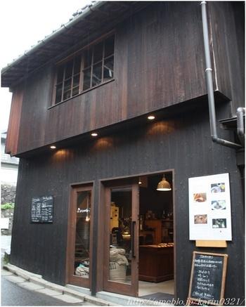 厳島神社の参拝入口からほど近い、路地裏に入ったところに佇むcafe。 建物は、大正期から残る土産物卸問屋の倉庫をリノベーションしたのだそうです。どこかノスタルジックでシックな雰囲気に、思わず長居したくなっちゃう素敵なカフェです。