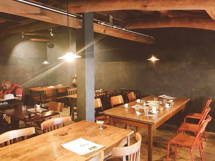 木のぬくもり感にあふれた店内。照明は間接照明で、とっても落ち着いた雰囲気です。 1階はコーヒーを淹れる様子が見えるカウンターと小さな2人席が数席。珈琲豆なども販売しており、可愛らしいパッケージがお土産にもぴったり! 2階は人数に合わせたテーブルがズラリ!テーブルごとに椅子などのテイストが違い、あたたかみのある空間です。