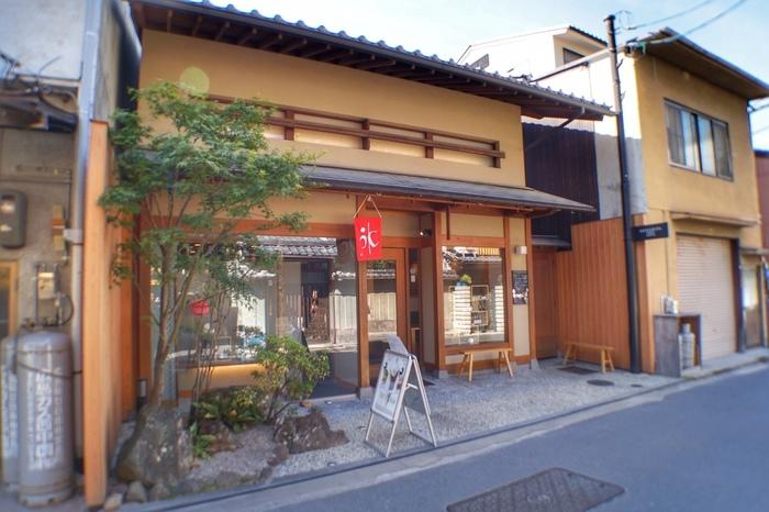 町屋通り(裏通り)沿いに店舗を構える「CAFE HAYASHIYA」は、和風建築を改築した和モダンな雰囲気のカフェ。 町屋ならではのレトロな街並みに調和して、思わずぶらりと立ち寄りたくなりそう…。