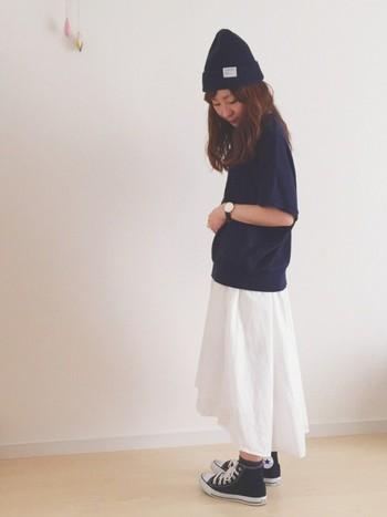 爽やかな白スカートに合わせるのは、シックな色味のトップスや小物たち。スカート以外のアイテムを揃えて、スポーティーとガーリーのミックスを楽しみたい。