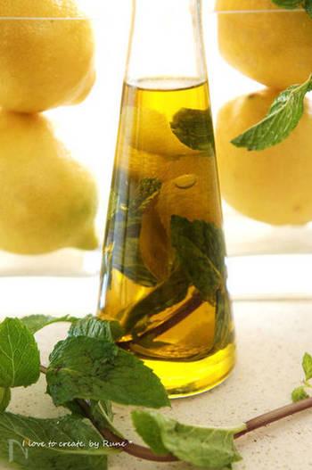 レモンの皮とミントの葉で、すっきり爽やかな味わいのフレーバーオイルにアレンジしてみてはいかがでしょう。  少しの塩・胡椒とともに、野菜にかけて、シンプルなサラダとして味わっても*見た目もきれいですね。