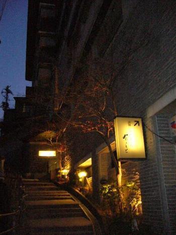 「宮島グランドホテル有もと」は、厳島神社に一番近いお宿として人気のホテル。江戸時代初期の創業から20代目続く、歴史ある老舗のホテルです。 昭和49年に宮島の海岸沿い「有の浦」から、神社裏手高台の場所に新たに別館としてオープンした「ホテル有もと」。