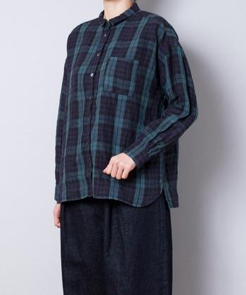 リネン100%なのに、冬によく似合うデザインのチェックシャツです。小ぶりの襟は大人の可愛らしさをあらわしてくれます。ニットやベストと合わせて着ると暖かいですね。