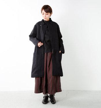 ウールの質感とリネンの優しい風合いが上手にミックスされたニュアンスのある生地感のコートです。合わせるお洋服によって、カジュアルにもエレガントにも着こなせる一着です。