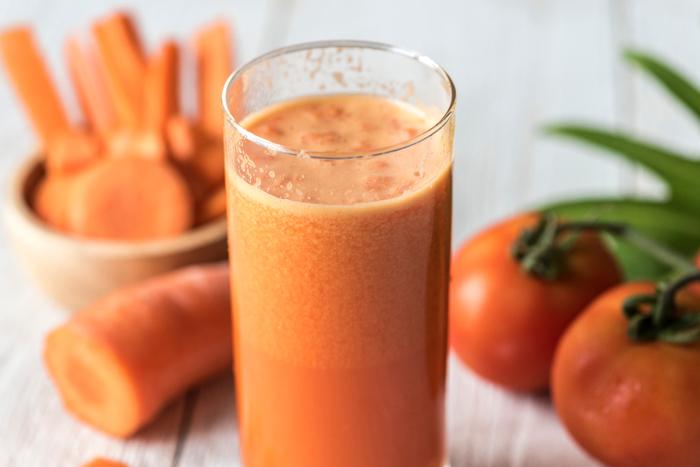 特に乾燥が気になる今の時期は、こまめな水分補給が風邪の予防にもつながります。 糖分の多いジュースやスポーツドリンクを飲むより、果物や野菜の栄養が溶け込んでいる「デトックスウォーター」や「スムージー」は、体にも優しくおすすめです。見た目も可愛くてお洒落な「デトックスウォーター」や「スムージー」。パーティーは勿論、マイボトルにつめて持ち歩けば、気分もUPしそうですね♪