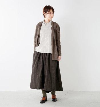 たっぷりと布地を使ったスカートは後ろ下がりのデザイン。ふんわりとしたギャザーが寄せられ、適度なハリ感があるので、きれいめコーデにもよく似合います。