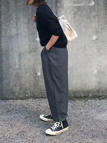 メンズライクなゆるっとしたグレーのパンツに黒ニットというかっこいいコーディネート。  スニーカーやバッグで白を取り入れた、絶妙なカラーバランスが素敵です。