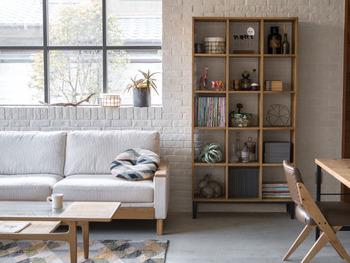 狭いお部屋を広く見せるためには、低い家具でコーディネートを…と思い込んでいませんか?実はいくつかのポイントを押さえてあげれば背が高い家具でも大丈夫なんです。上手に取り入れる方法を見ていきましょう♪