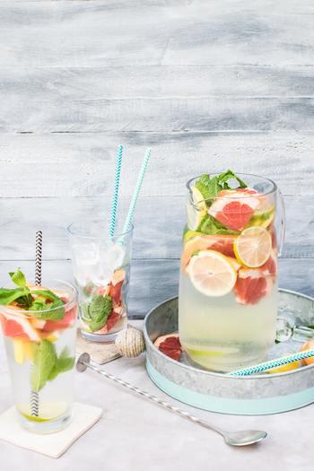 「デトックスウォーター」というのは、お水(ミネラルウォーター)に、様々なフルーツや野菜を浸したフレーバーウォーターのこと。 お水にフルーツや野菜の栄養や成分が浸透し、体にも色々な嬉しい効果があると言われています。 基本的には、お水とフルーツや野菜があるだけで簡単に作ることが出来るので、今日からすぐに試せるというのも「デトックスウォーター」の魅力です。