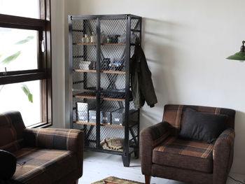 たくさん収納したいとき、低い家具は横にいくつか並べなくてはいけないのでスペースが必要。縦方向に収納力を持っている背の高い家具なら、スペースを取らずにしっかりと収納を増やすことができます。